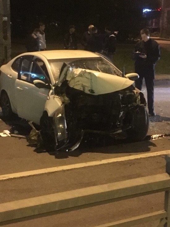 На Луначарского машина разбилась о столб
