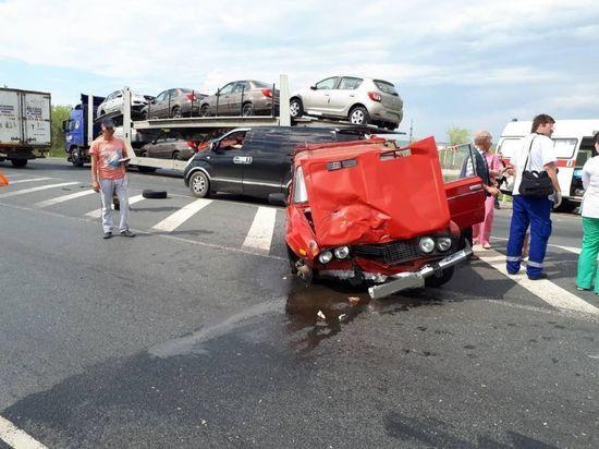 В Сызранском районе «шестерка» врезалась в «Лексус» и автовоз