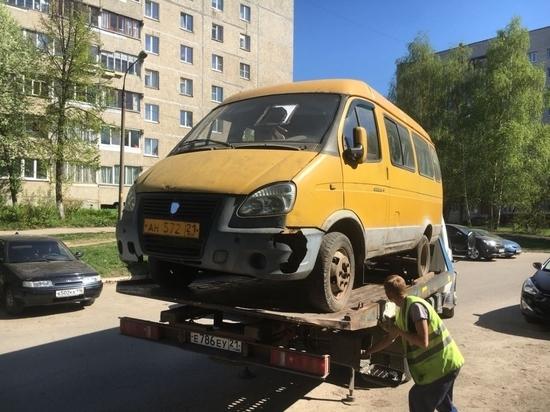 В Чебоксарах эвакуируют брошенные во дворах машины
