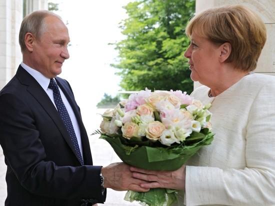 Путин подарил Меркель цветы, а она в ответ заговорила по-русски