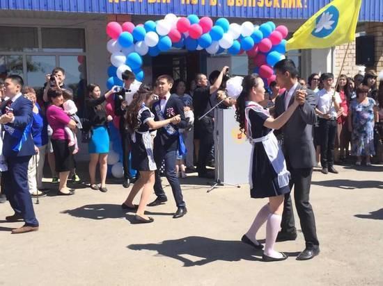 В Калмыкии последний звонок прозвенит для 1553 выпускников