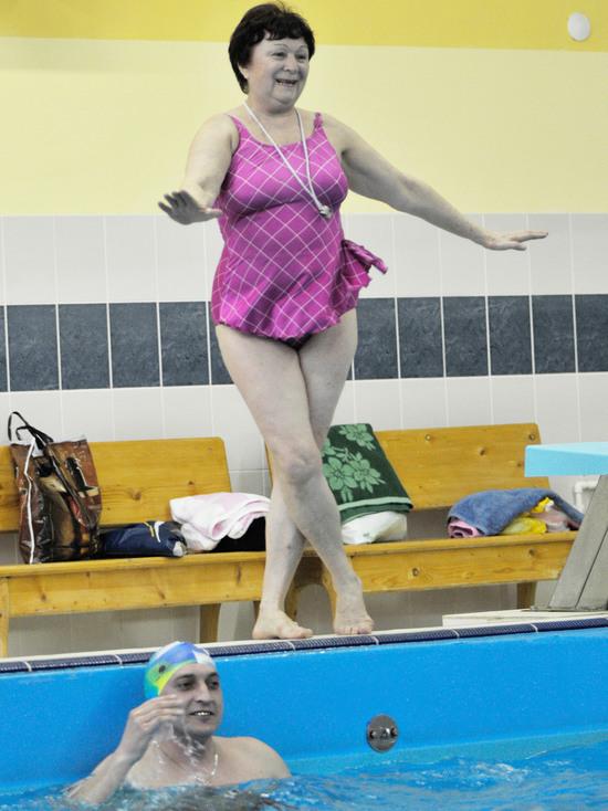 Пенсионерка из Боброва прыгает с парашютом, ведет аквааэробику и дружит со знаменитостями