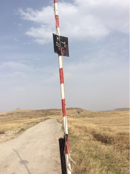 """В Казахстане появилась такая """"профессия"""" - дорогу загораживать, причем везде, куда направляются люди"""