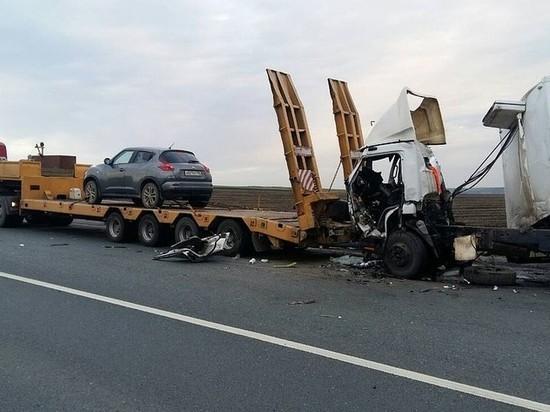 В Камышлинском грузовик врезался в стоящую фуру, водитель погиб