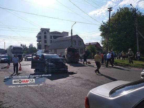 В Курске иномарка опрокинула маршрутку с пассажирами, есть пострадавшие