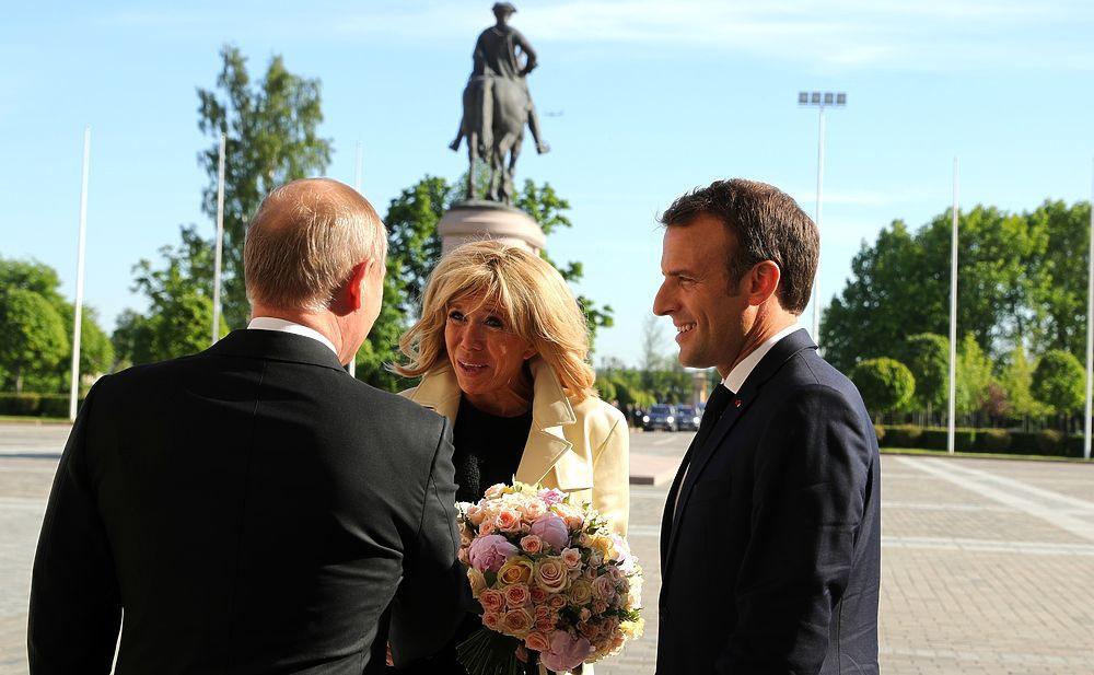 Путин встретил чету Макронов во дворце: опять с букетом цветов