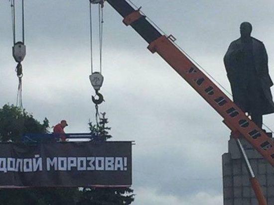 На площади в Ульяновске устроили акцию протеста с растяжками «Долой Морозова!»