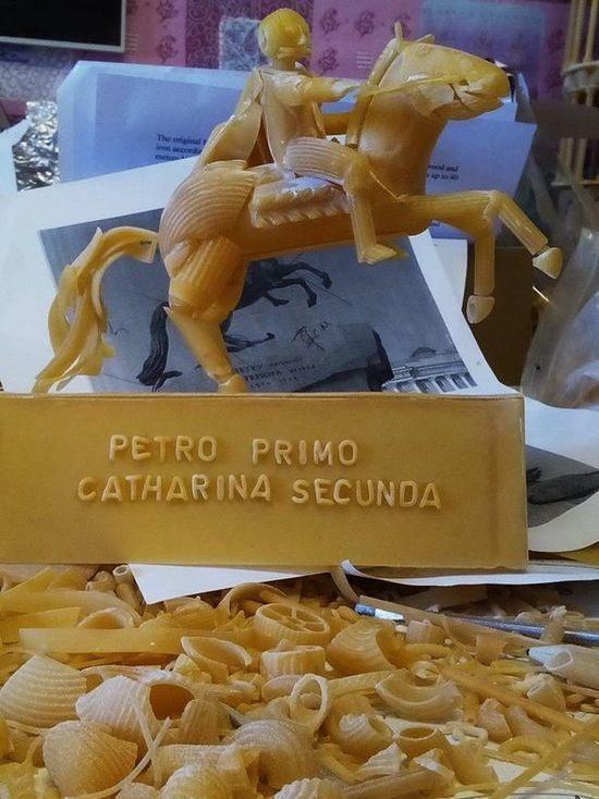 Художник показал мини-копию Медного всадника из макарон