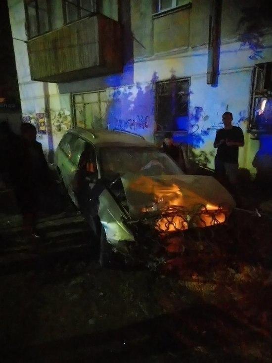 В Астрахани задержали водителя, который наехал на хлебный киоск и овощные ряды.
