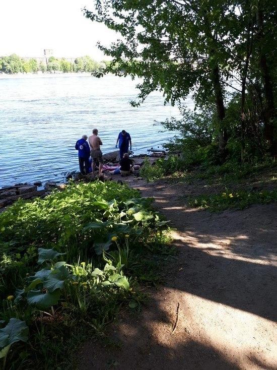 В Петербурге мужчина сломал позвоночник, спрыгнув с Володарского моста