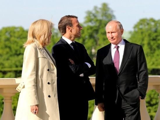 Макрон с женой тайно посетили музей Достоевского