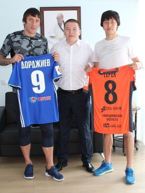 Известные футболисты подарили именные футболки Тереку Дорджиеву