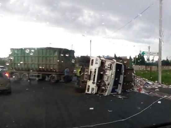 Груженый мусоровоз перевернулся в выходной на Индустриальной