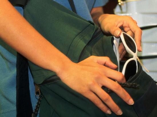 В Мичуринске двое школьников украли из магазина одежду