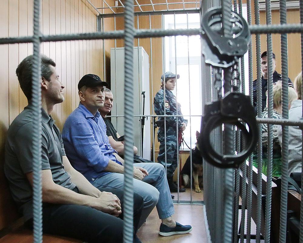 Как братья Магомедовы изменились в тюрьме: фоторепортаж из суда