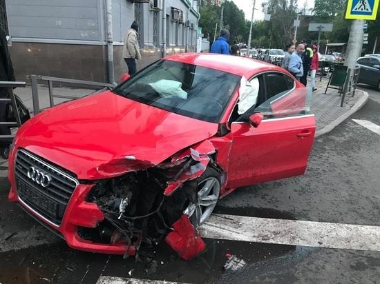 В Самаре после столкновения с «Киа» автомобиль «Ауди» сбил двух пешеходов