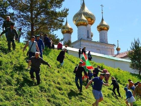 Знаменитую горку Троице-Сыпанова Пахомиево-Нерехтского монастыря преодолели сотни верующих