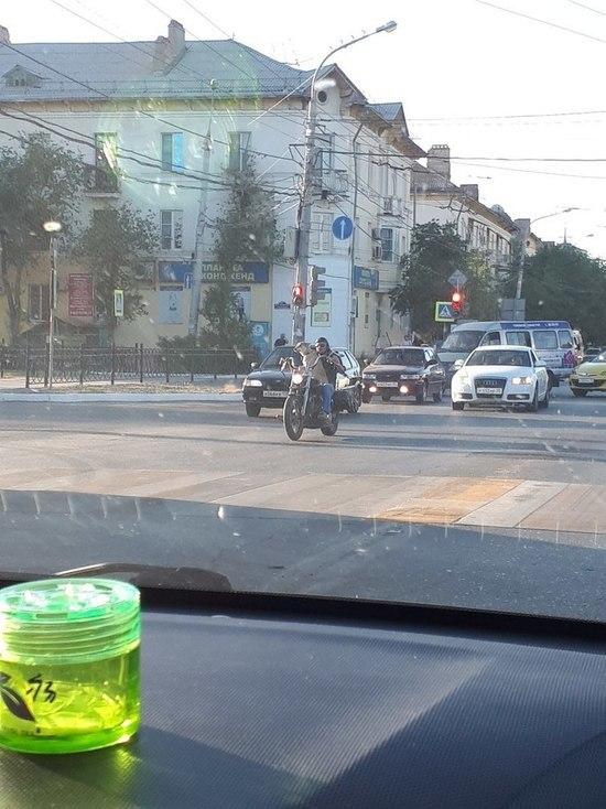 На улицах Астрахани двигается пёс на мопеде