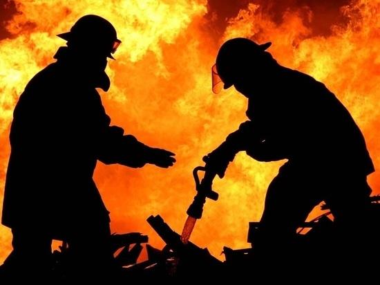 Дюжина пожарных три часа тушила дом и гаражи в Верхнетоемском районе