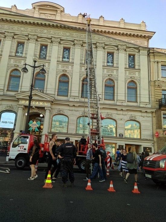 На Невском проспекте горит «Пассаж»
