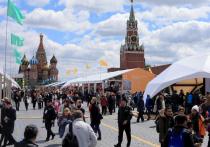 За три года любители книжного фестиваля «Красная площадь» привыкли являться на главное литературное пиршество с зонтиками, дождевиками и термосами
