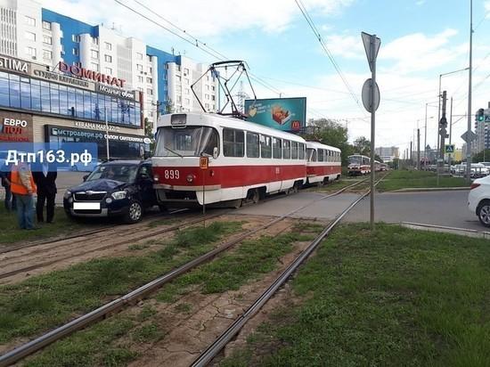 В Самаре трамвай врезался в иномарку