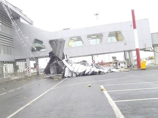 В Самаре кусок кровли сорвало ураганным ветром в аэропорту Курумоч
