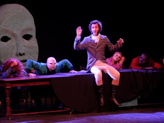На сцене Смоленского Камерного театра идет спектакль Ильи Леонова