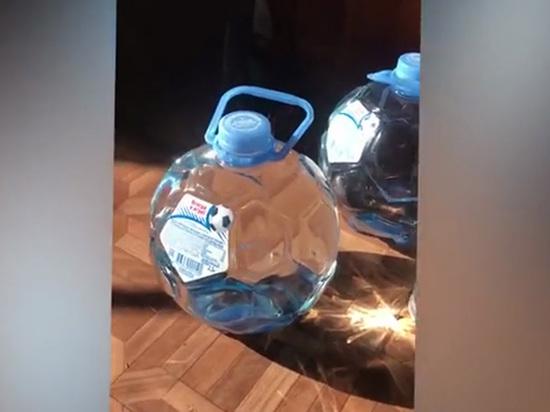 «Идеальная линза»: физик объяснил видео с «футбольной» бутылкой, поджигающей предметы