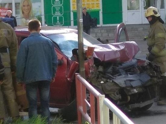 В Архангельске «Рено» протаранил стоявший на аварийке автомобиль, есть пострадавшие