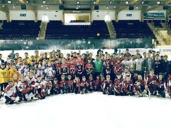 Юных хоккеистов наградили за победу в чемпионате Мордовии