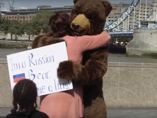 В центре Лондона заообнимали русского медведя