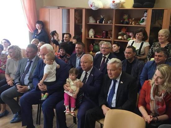 Депутаты облдумы посетили подшефный Дом ребенка