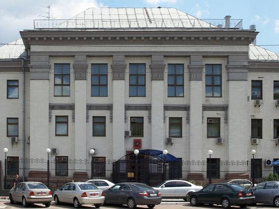 К посольству России в Киеве привезли гробы