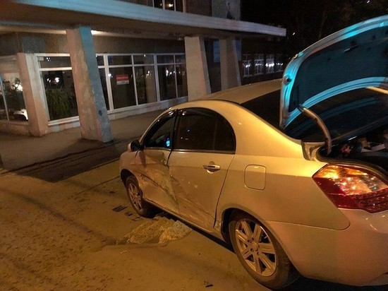 В Самаре на ул. Карбышева столкнулись две легковушки, одна вылетела на тротуар
