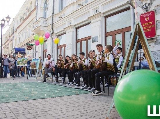 Маленькие астраханцы устроили концерт в Братском саду