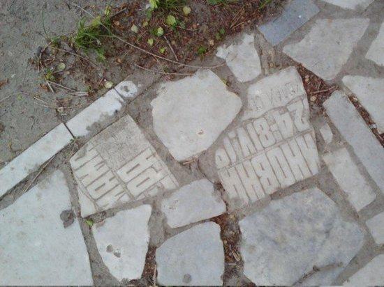 В Ульяновске тротуар сделали из надгробных плит