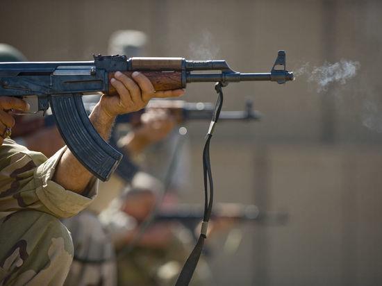 Соцсети развеселил солдат с автоматом Калашникова на плакате НАТО