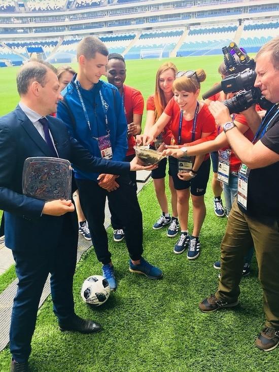 Журналист Сергей Брилев привез на «Самара Арену» землю со стадиона в Уругвае