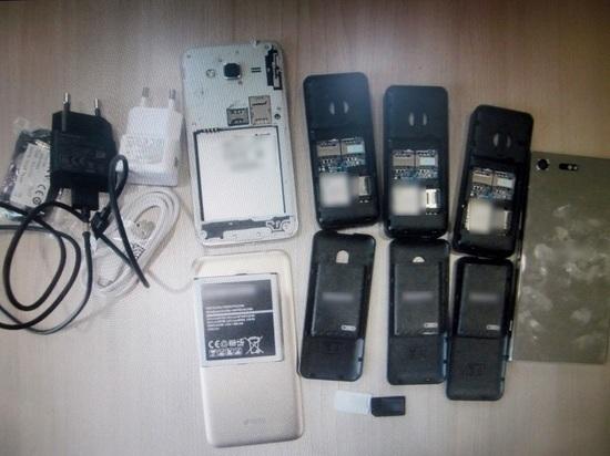 В Мордовии женщина пришла на свидание в колонию с пятью телефонами