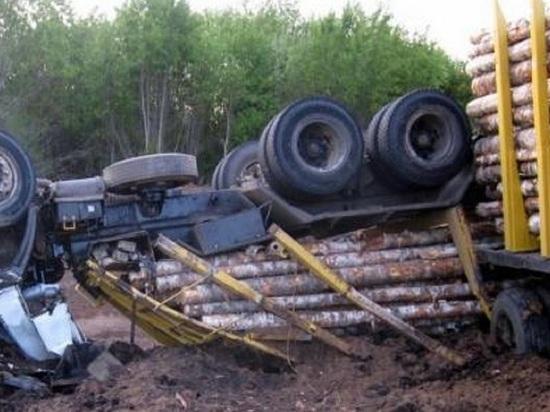 В Котласе в понедельник перевернулся гружёный «КамАЗ» с прицепом