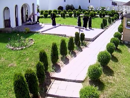 СКР показал видео нападения полуголого россиянина на монахинь