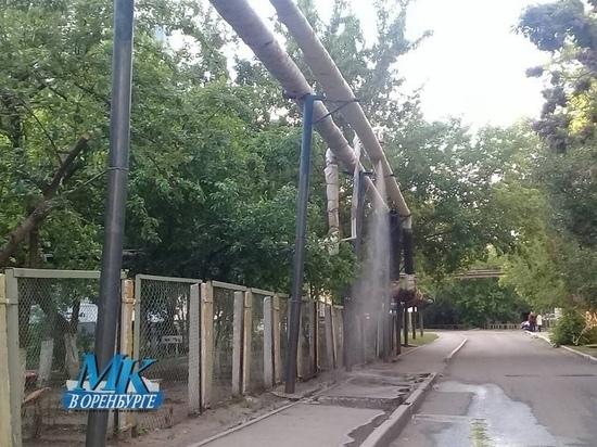 Рядом с детским садом в Оренбурге из труб с горячей водой открылся свищ