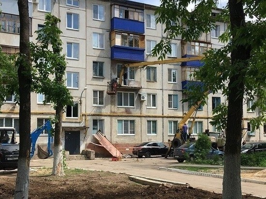 В Новокуйбышевске балкон третьего этажа упал на припаркованный автомобиль