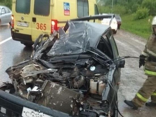 Под Казанью в аварии с грузовиком чудом выжил водитель раздавленной легковушки