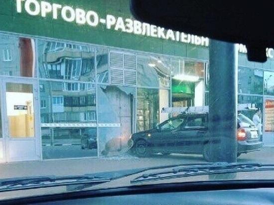 Автосафари: архангелогородец пытался въехать в торговый центр на машине