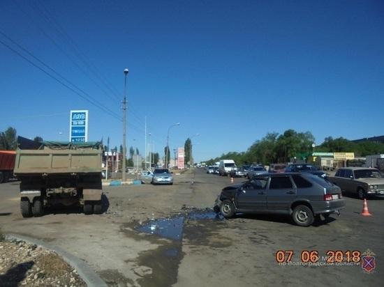 В Волжском водитель ВАЗа выжил в столкновении с грузовиком