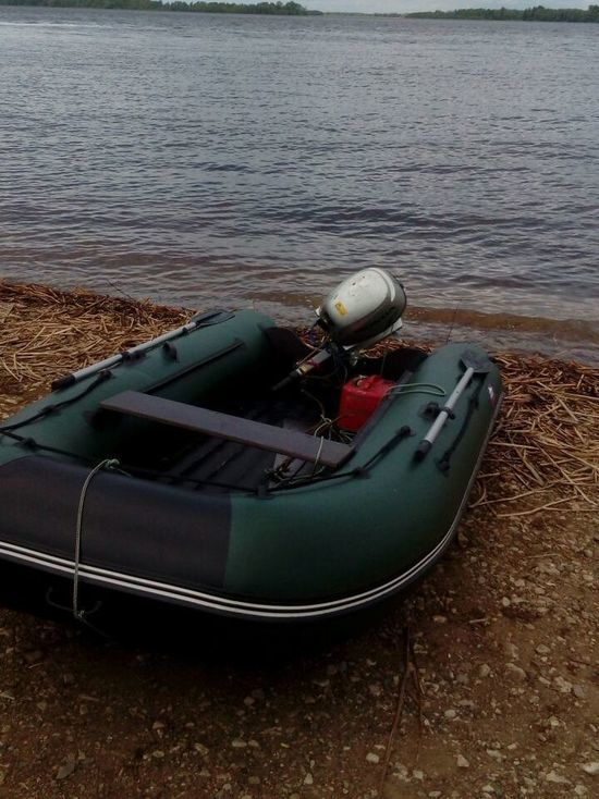 На реке Каме волна перевернула лодку с человеком