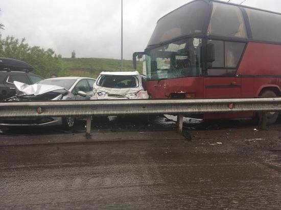Несколько автомобилей и автобус столкнулись на улице Академика Сахарова