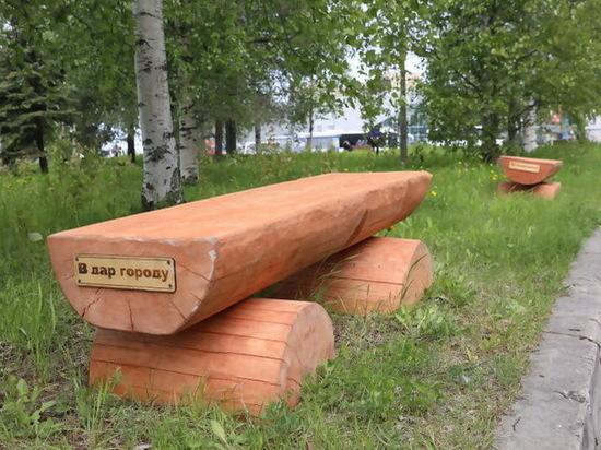 В Архангельске установили скамейки в виде брёвен